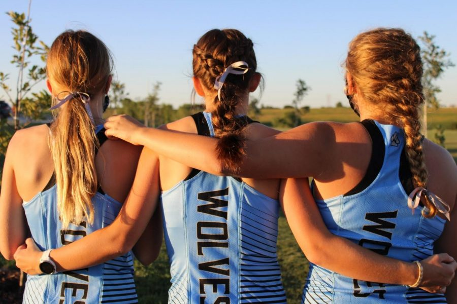 Elkhorn+North+girls%E2%80%99+cross+country+team+wears+ribbons+in+their+hair+for+race+day.