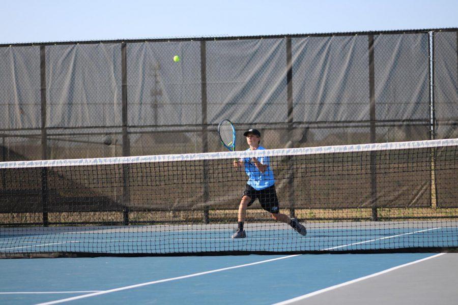 Elkhorn North player approaching Net